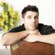 Mann entspannt zuhause mit fernweh