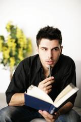 Mann entspannt zuhause beim lesen