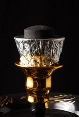 Studioaufnahmen einer Shisha: Kopf mit Kohle