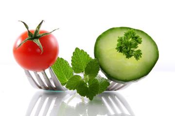 tomaten und gurke auf gabeln