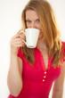 Junge Frau trinkt Tasse Tee