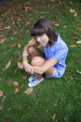 jeune fille femme belle pause pose détente jardin été sourire