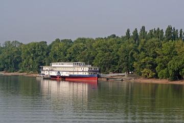 Raddampfer auf der Donau vor Budapest (Ungarn)