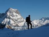 Bergsteiger vor Widderstein im Winter poster