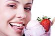 Hübsche Frau leckt lachend an Eis und blickt, quer