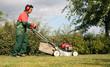 tonte d'une pelouse par un jardinier pépiniériste paysagiste - 30644594
