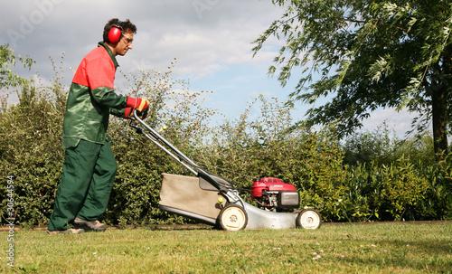 Tonte d 39 une pelouse par un jardinier p pini riste for Prix pelouse paysagiste