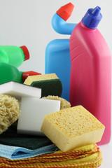 produits ménagers, éponges et chiffonnettes