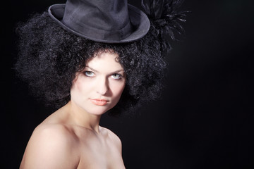 Beauty Frau mit tollem Make Up und Afro Frisur, quer