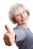 Rentnerin hält Daumen hoch