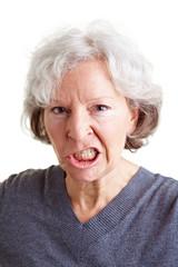 Wütende Seniorin fletscht die Zähne