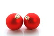 Zwei rote Weihnachtskugeln auf weiß