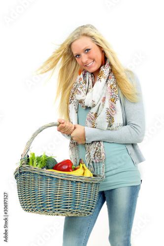 junge Frau mit  Einkaufskorb