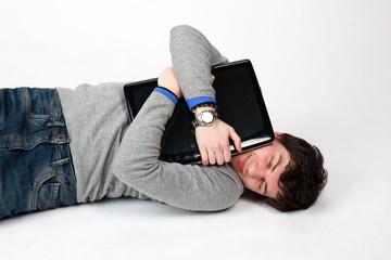 uomo che abbraccia il suo computer