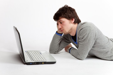 uomo triste davanti al computer