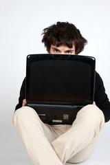 uomo che si nasconde dietro il computer
