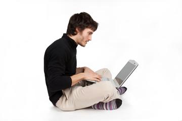 uomo entusiasta che lavora al computer