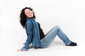 donna seduta che ride
