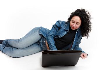 donna sdraiata al computer