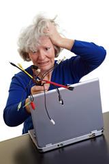 Seniorin mit Laptop und vielen Kabeln