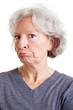 Seniorin zieht eine Schnute