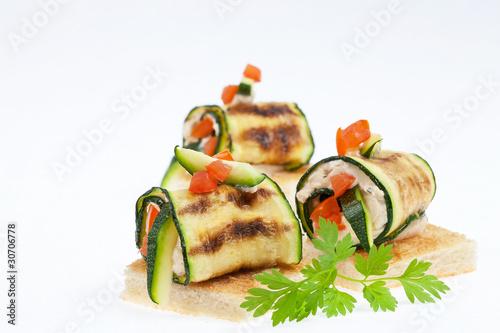 Zucchini-Röllchen mit Käsecreme gefüllt - 30706778