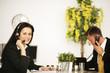 am Konferenztisch telefonieren