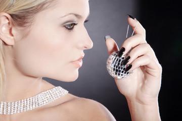 Beauty blonde Frau mit Schmuck und Spiegelkugel, quer