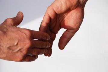 Zwei Hände verlieren sich