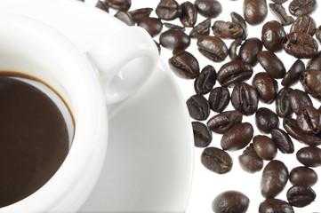 tazza di caffè con chicchi