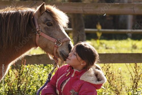 enfant avec un  poney lui faisant un bisou - 30723154
