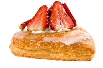 Herzförmiges Plunderstück mit Erdbeeren