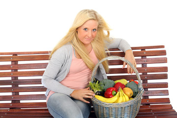 Frau mit Einkaufskorb auf Parkbank