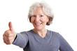 Seniorin hält ihren Daumen hoch
