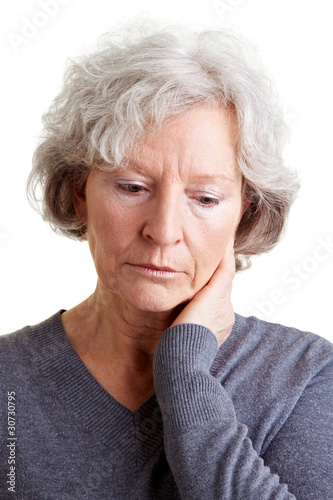 Traurige Rentnerin