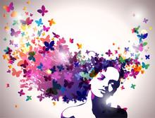 Kobieta z motylami we włosach.