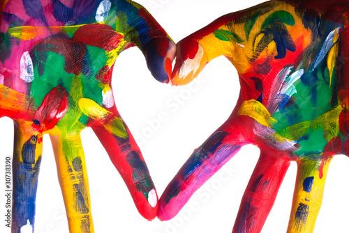 zwei bunte Hände bilden ein Herz V1