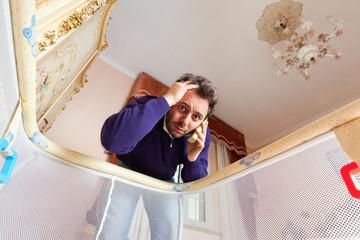 Papà esaurito al telefono