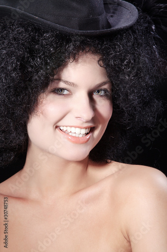 Beauty Frau mit tollem Make Up und Afro Frisur, hoch
