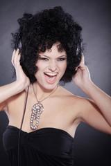 Beauty Frau mit Afro Frisur und Kopfhörer, hoch