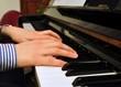Mani di ragazza che suona il piano
