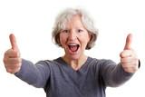 Seniorin hält beide Daumen hoch