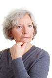 Nachdenkliche ältere Frau