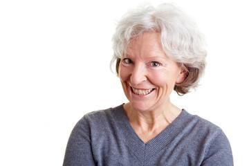 Seniorin schaut schelmisch