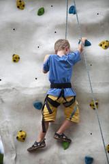 Kind an Kletterwand
