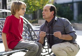 écoute entre grand-père et petit fils