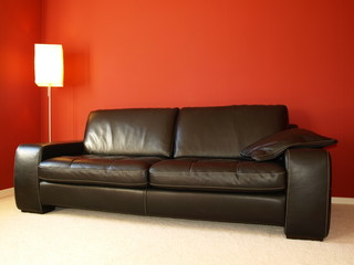 czrna skórzana sofa