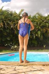 La petite fille à la piscine