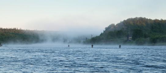 Рыбаки на северной реке ночью.