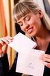 Frau hält einen Liebesbrief